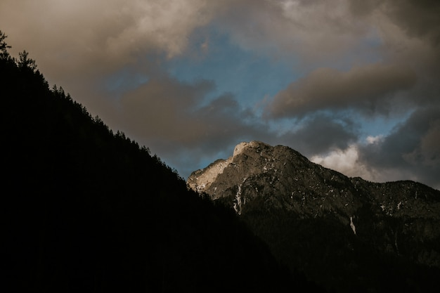 Красивые пейзажи хребта высоких скалистых гор под облачным небом