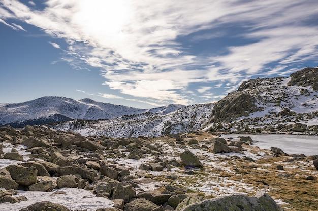 흐린 하늘 아래 바위 절벽과 눈 덮인 풍경의 아름다운 풍경