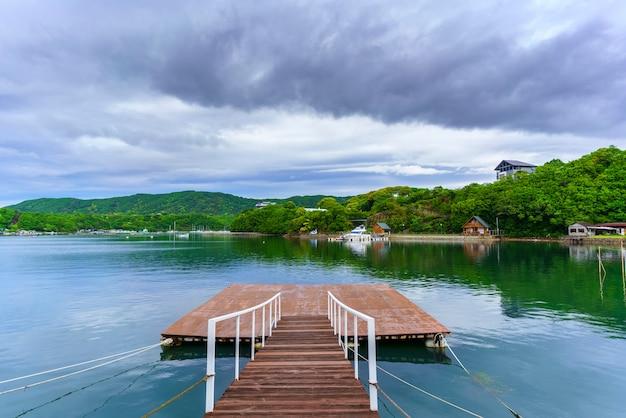 Красивые пейзажи залива аго, город сима, мие, япония