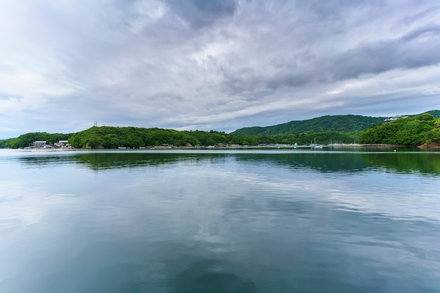 Красивые пейзажи залива аго с отражением, город сима, мие, япония