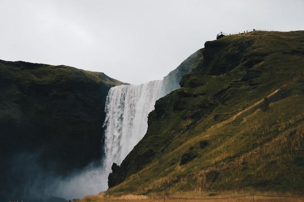野生の素晴らしい素晴らしい滝の美しい風景