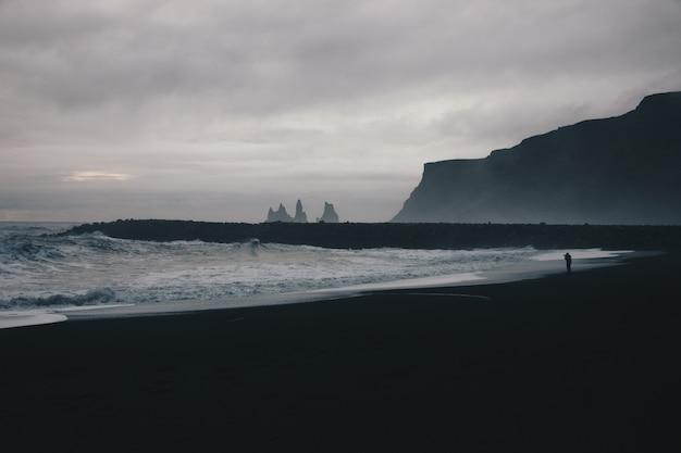 田舎の霧深い天候の間に驚くべき強い海の波の美しい風景