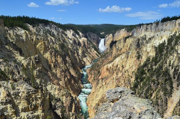 Красивые пейзажи водопада артист пойнт в гранд-каньоне йеллоустона
