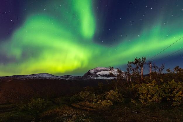 ノルウェー、トロムソロフォーテン諸島の夜空に浮かぶオーロラの美しい風景