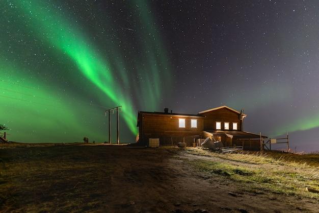 Красивые пейзажи северного сияния в ночном небе тромсё, лофотенские острова, норвегия