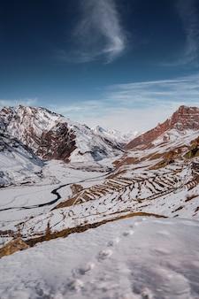 Красивые пейзажи холмов, покрытых снегом в зимнем спити