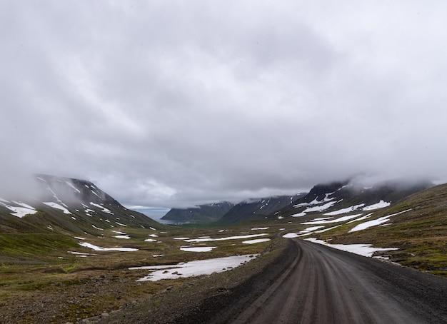 アイスランドの灰色の曇り空の下の丘の美しい風景