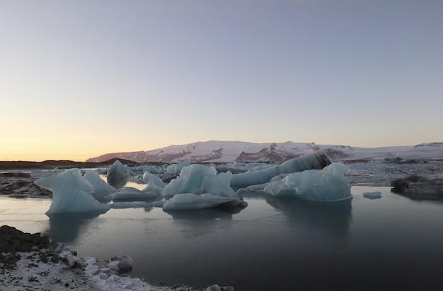 日没時のヨークルスアゥルロゥン、氷河ラグーン、アイスランド、ヨーロッパの美しい風景