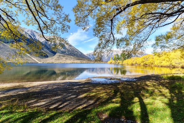 反射のある秋のピアソン湖(モアナ・ルア)の美しい風景、アーサーズ・パス国立公園、ニュージーランドの南島