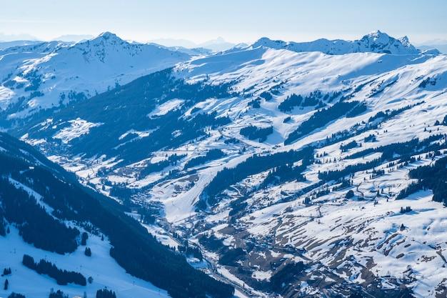 스위스의 눈으로 덮인 산의 아름다운 풍경