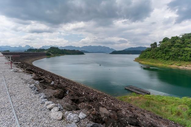 Красивые пейзажи плотины раджапрабха или плотины чео лан. его также называют гуйлинь таиланда, сураттани, таиланд.