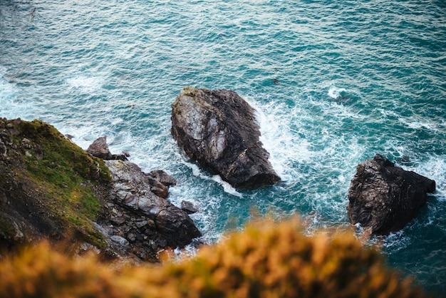 昼間の海沿いの岩層の美しい風景