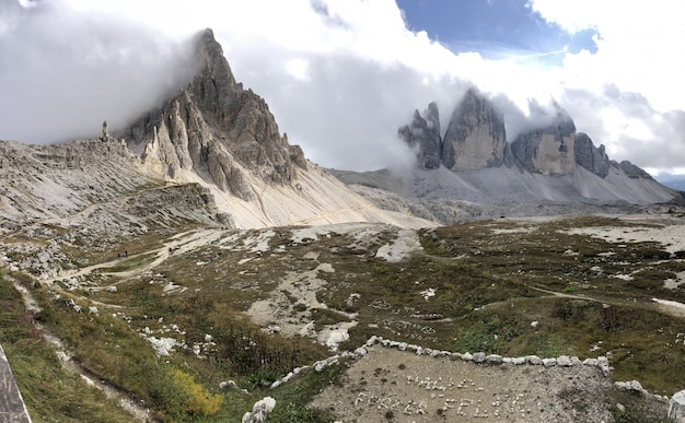 イタリアの白い雲の下の奇岩の美しい風景