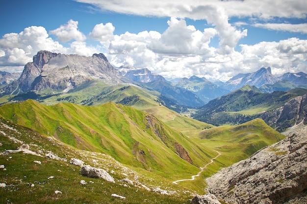 흐린 하늘 아래 녹색 풍경과 록키 산맥의 아름다운 풍경