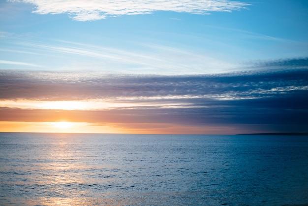 穏やかな海に沈む夕日の美しい風景