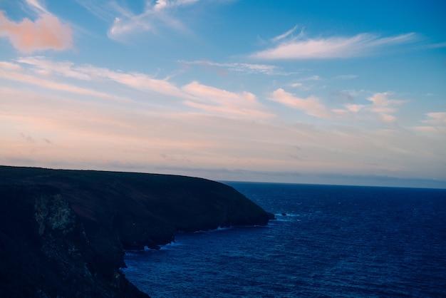평화로운 바다 위로 석양의 아름다운 풍경