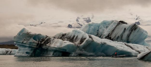 Красивые пейзажи ледников исландии под красивыми белыми пушистыми облаками