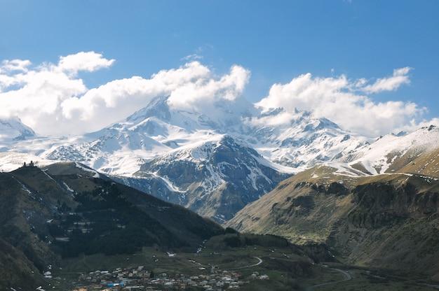 Красивые пейзажи скалистых и снежных гор в сельской местности