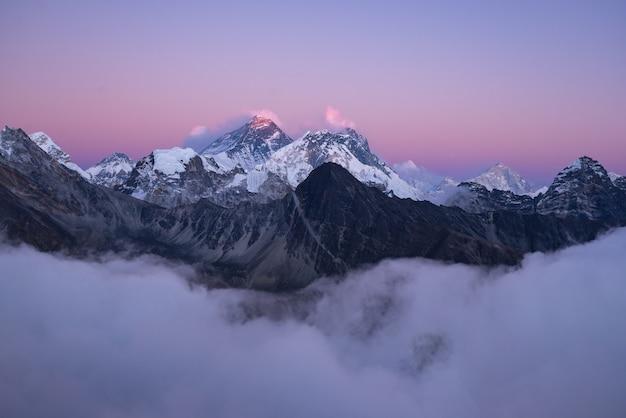흰 구름 아래 눈으로 덮인 에베레스트 산 정상의 아름다운 풍경