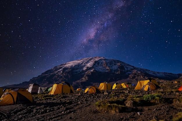 킬리만자로 국립 공원에있는 노란색 텐트의 아름다운 풍경