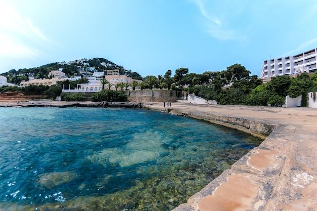 Splendido scenario di una località turistica sulla collina e sul mare Foto Gratuite