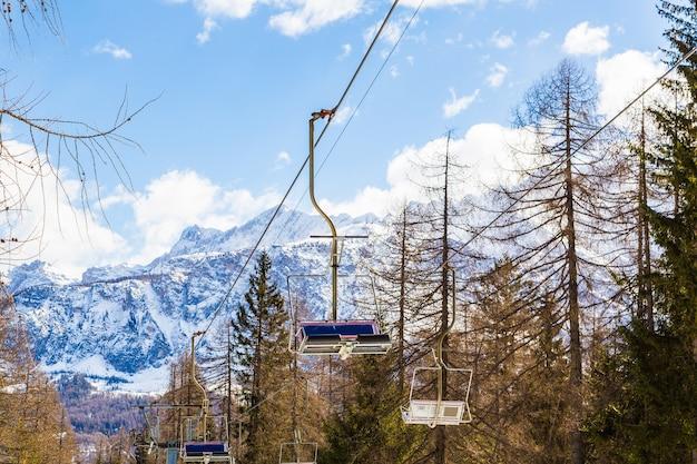 Splendido scenario di un paesaggio invernale nelle alpi
