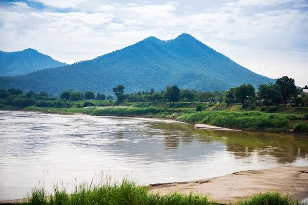 タイ、ルーイ地区、チェンカーンの美しい風光明媚なケンクットク。 kaeng khut khuは、メコン川の真ん中にある小島のセットです。 Premium写真