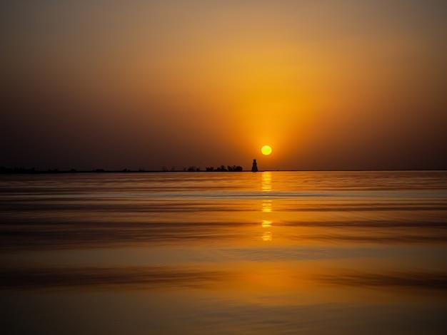 Красивый живописный пейзаж. золотой закат на море.