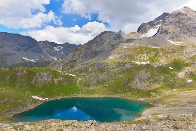호수의 청록색 물과 함께 유럽 고산 산의 아름다운 경치 좋은 풍경