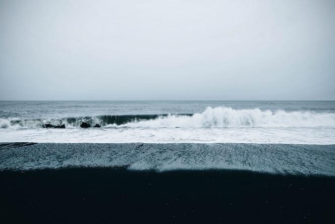 흐린 우울한 하늘 아래 바다의 아름다운 경치를 볼