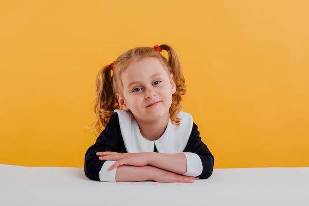 Красивая школьница в форме