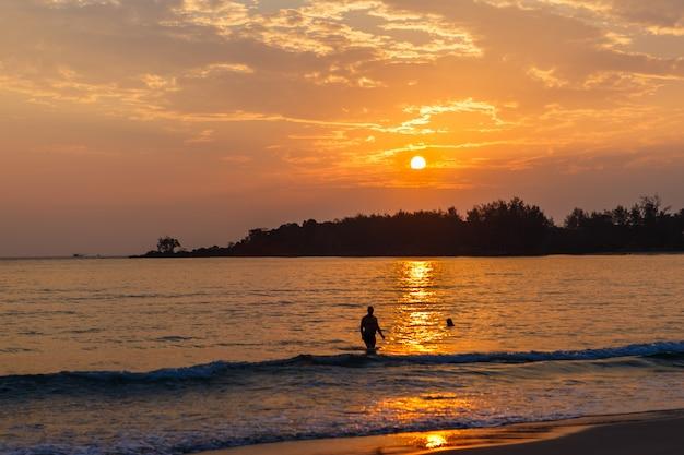 Красивый морской пляж вечером