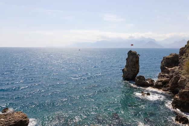 美しい海のシーンと岩