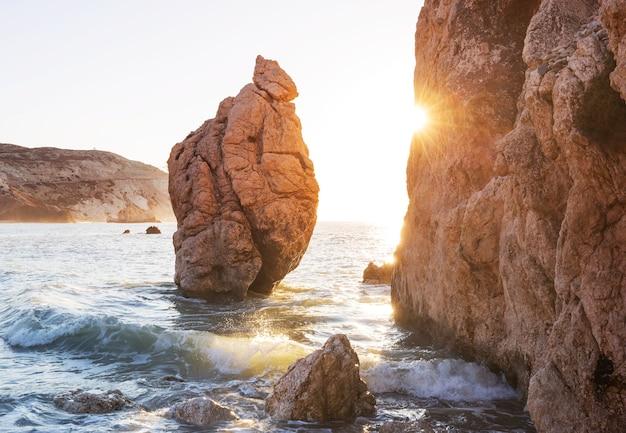 日の出のキプロスの美しい海岸