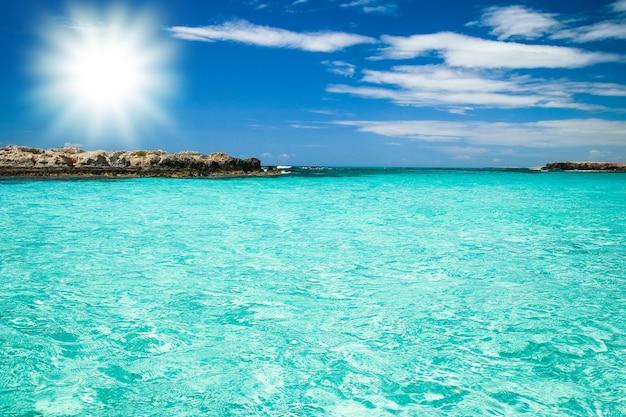 自然キプロスの背景に美しい海岸