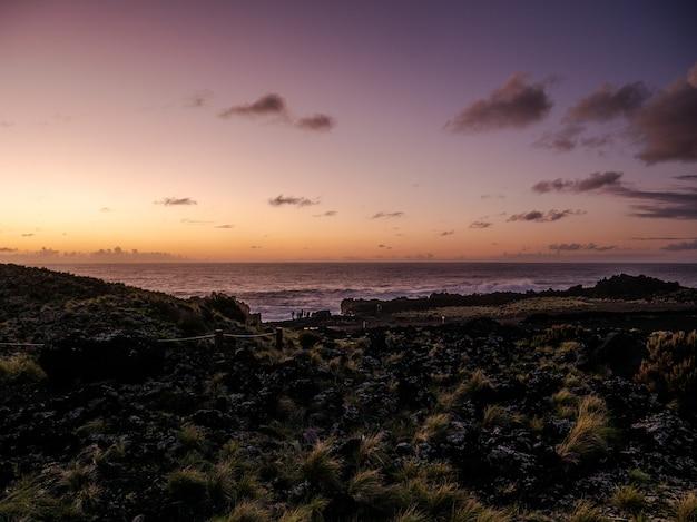 Bella riva del mare con un tramonto colorato all'orizzonte