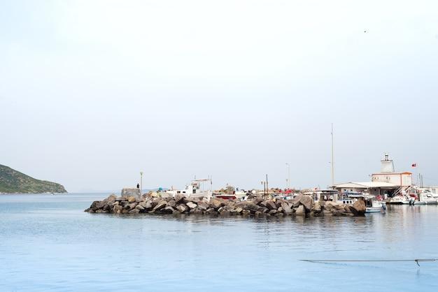 美しい海、空、ボドルムのトゥルートレイス港でボート