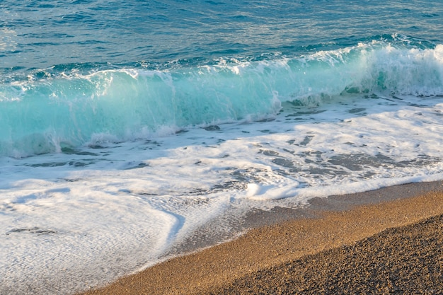 ビーチの美しい海のしぶき波。海景。自然。