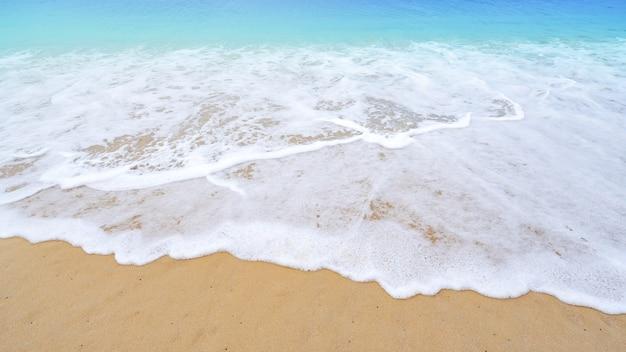 美しい海の夏またはビーチと熱帯の海の背景、柔らかいターコイズブルーの海の波のクラッシュ