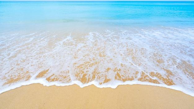 美しい海の夏またはビーチと熱帯の海の背景、柔らかいターコイズブルーの海の波