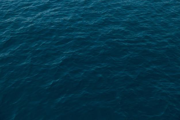Красивая морская гладь, текстура и цвет морской воды. макет, фон, копия пространства.