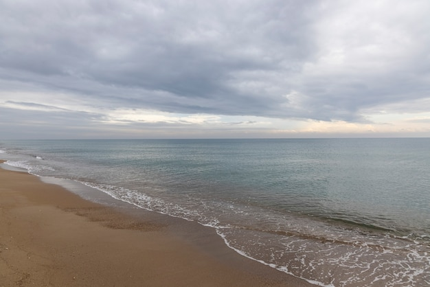 Красивый вид на море и пасмурное небо