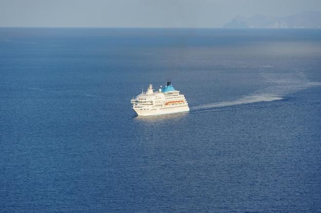 Красивый вид на море круиз на море недалеко от островов остров санторини греция