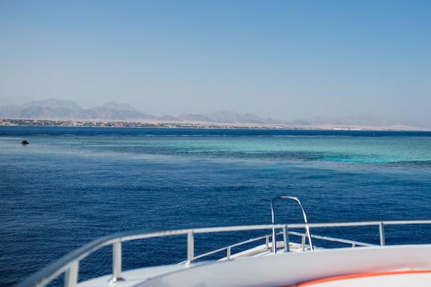 요트 선미에서 바라보는 아름다운 바다