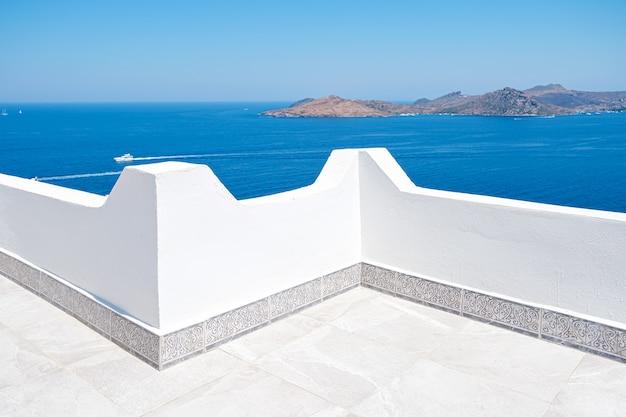 家やホテルの白いテラスバルコニーからの美しい海の眺め。