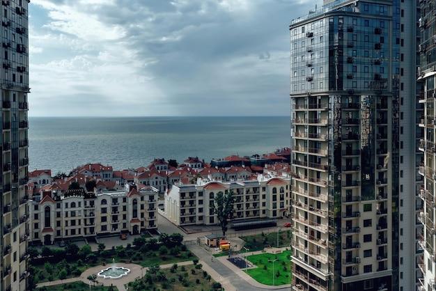 美しい海の景色とアパートの建物