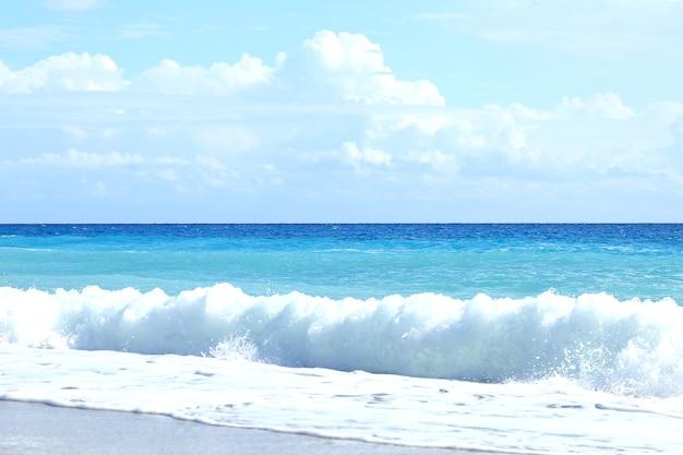 해변에서 아름다운 바다 파도