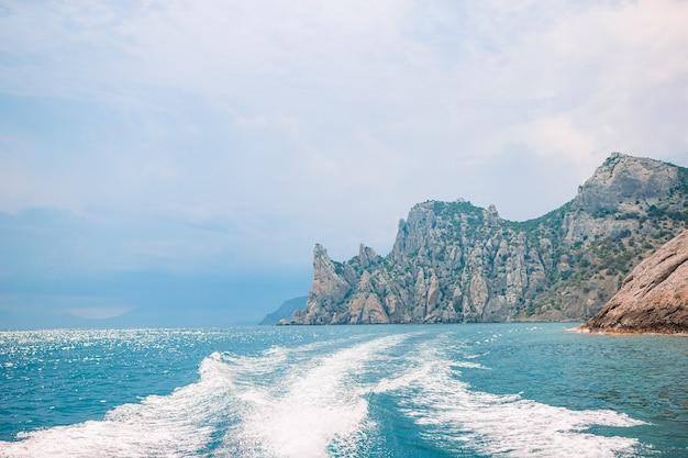 美しい海の景色。山と崖のある自然のすばらしい構成。