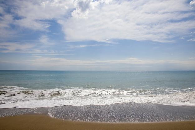 아름다운 바다 경치와 흐린 날씨