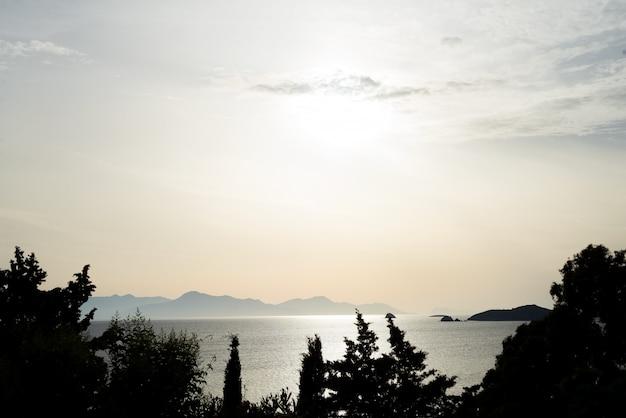 トゥルートレイス、ボドルム、トルコで海に沈む夕日の美しい海の風景